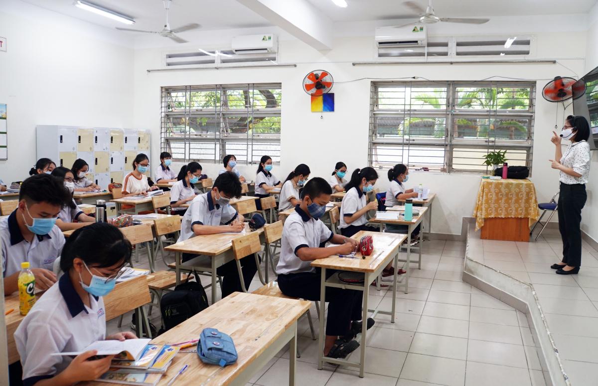 Học sinh lớp 9 trường THCS Lương Định Của, TP Thủ Đức được tách lớp, ngồi giãn cách để ôn tập thi tuyển sinh lớp 10, ngày 11/5. Ảnh: Mạnh Tùng.