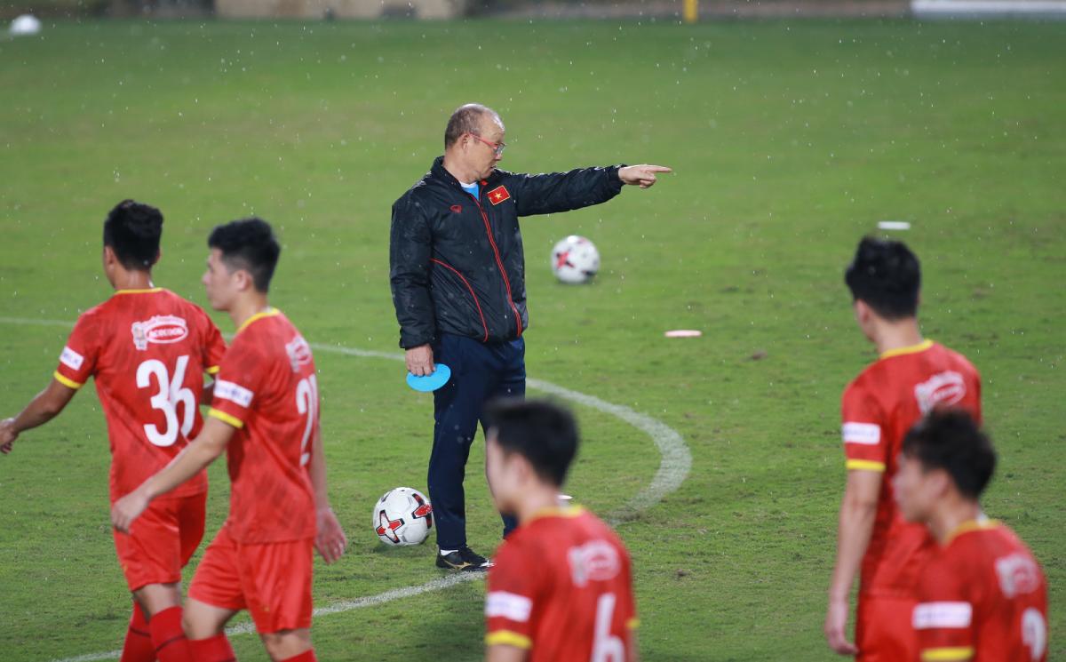 HLV Park Hang-seo chỉ đạo các cầu thủ Việt Nam tập luyện tại Trung tâm Đào tạo cầu thủ trẻ VFF. Ảnh: Lâm Thoả.