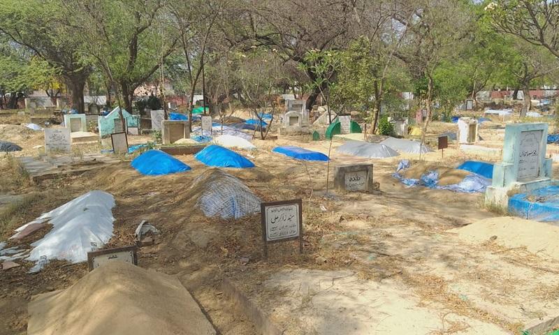 Những ngôi mộ cũ được đào lên để chôn cất nạn nhân Covid-19 trong khuôn viên Đại học Hồi giáo Aligarh (AMU) ở thành phố Aligarh, bang Uttar Pradesh, Ấn Độ tuần này. Ảnh: India Today.