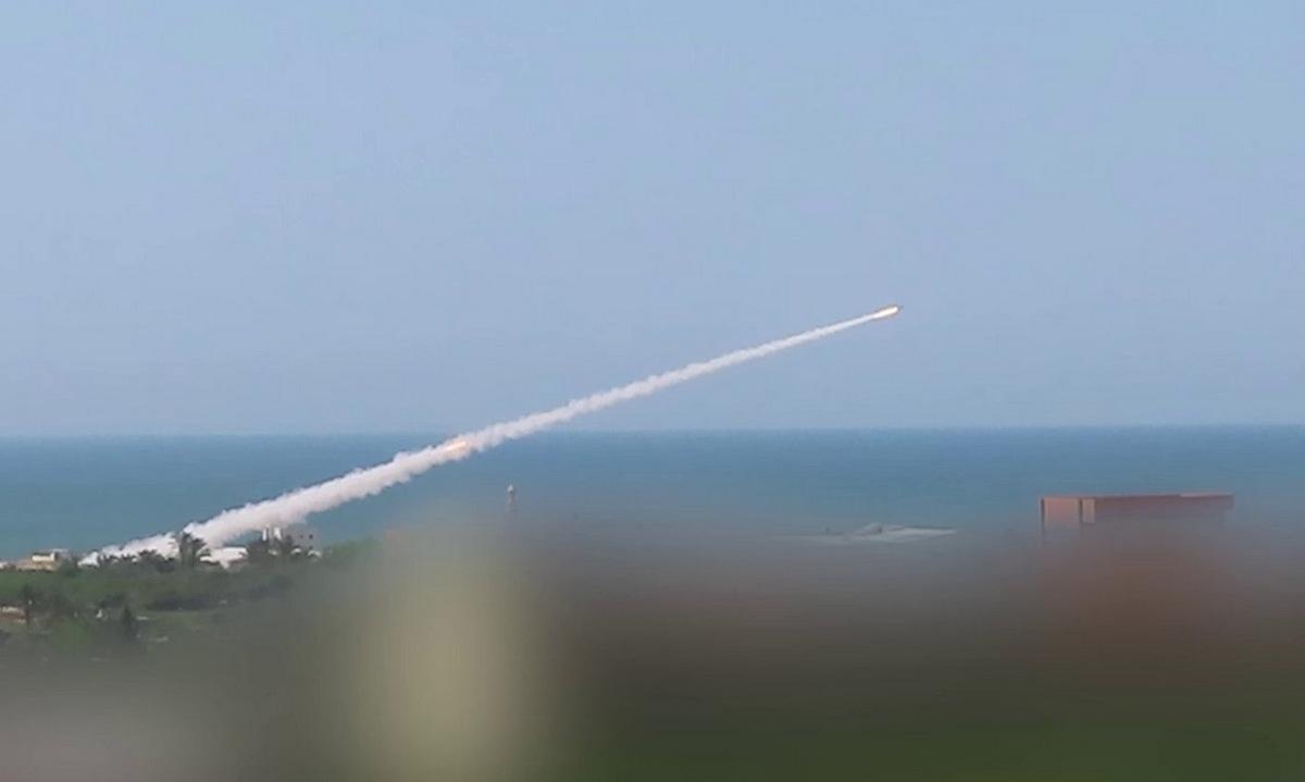 Rocket phóng ở góc thấp nhằm vào thành phố Ashkelon hôm 11/5. Ảnh: Twitter/Manniefabian.