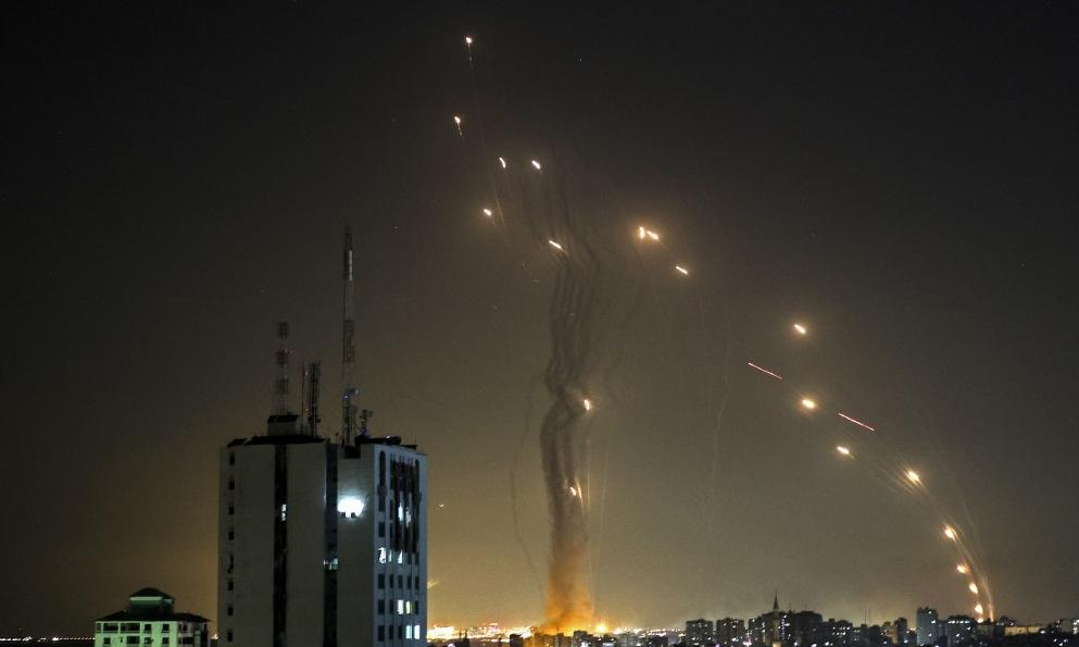 Hệ thống Iron Dome phóng đạn đánh chặn rocket Hamas đêm 11/5. Ảnh: AFP.