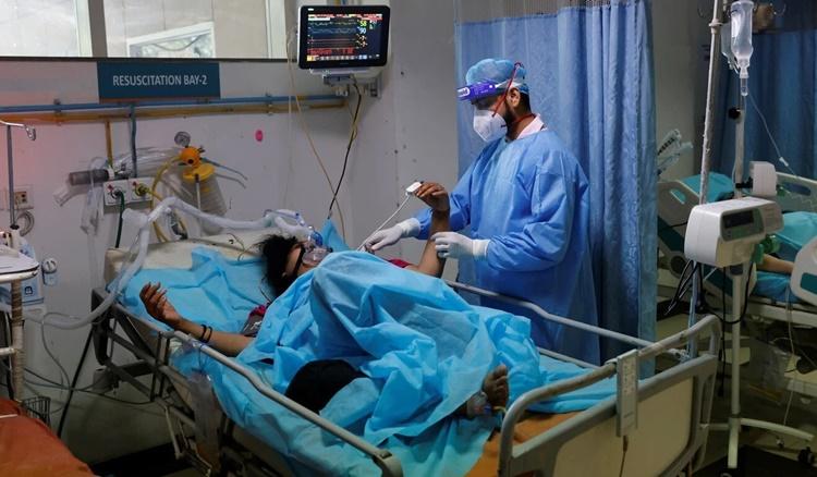 Nhân viên y tế chăm sóc cho bệnh nhân Covid-19 ở bệnh tại một bệnh viện ở New Delhi. Ảnh: Reuters.