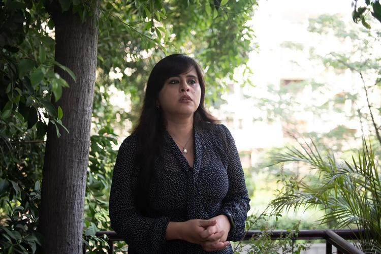 Sujata Hingorani, con gái ông bà Chatterjee, trò chuyện với Washington Post sau khi cha mẹ qua đời vì Covid-19. Ảnh: Washington Post.