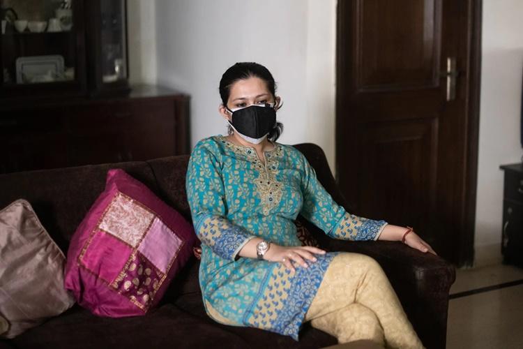 Supriya Chatterjee Das ngồi trên chiếc ghế mẹ cô rất yêu thích tại nhà riêng của họ ở thủ đô New Delhi. Ảnh: Washington Post.