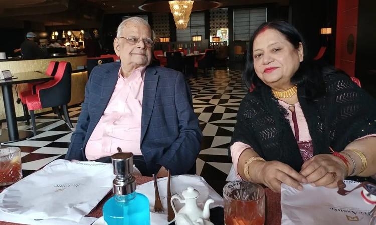 Ông Malay Kumar Chatterjee và bà Indira Chatterjee khi còn khỏe mạnh. Ảnh: Washington Post.