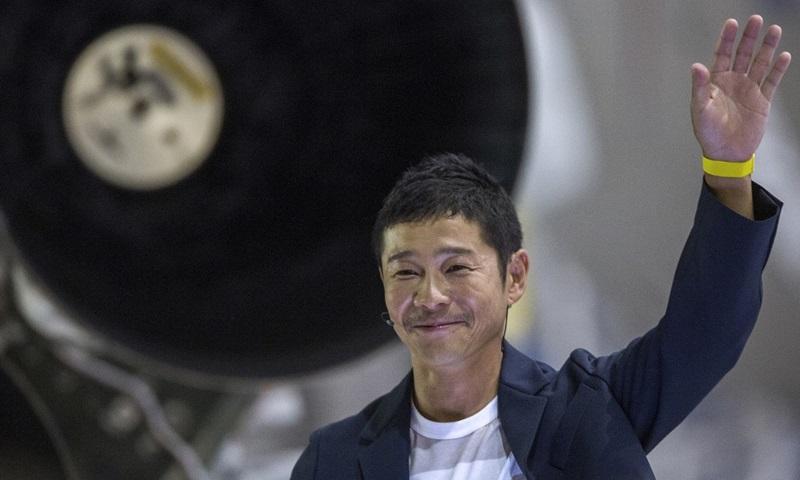 Tỷ phú Nhật Yusaku Maezawa đứng gần tên lửa Falcon 9 trong buổi công bố là hành khách đầu tiên được Space X đưa bay vòng quanh Mặt Trăng, tại Caifornia, Mỹ năm 2018. Ảnh: AFP.