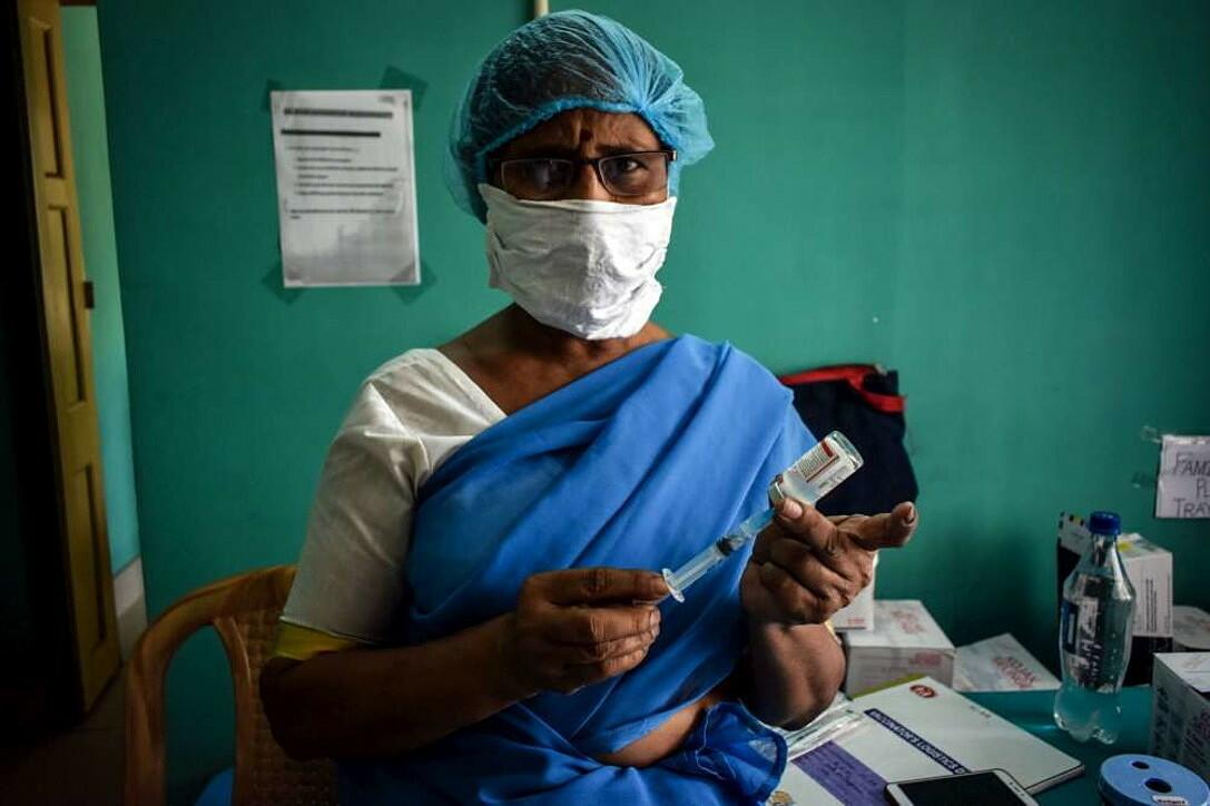Một nhân viên y tế chuẩn bị liều tiêm vaccine Covaxin tại Kolkata, Ấn Độ hồi tháng trước. Ảnh: Reuters.
