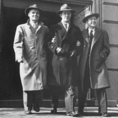 Từ trái qua: Joseph, Ted và phóng viên James McGuire bước ra khỏi cổng trại giam, ngày 1/2/1950. Ảnh: Chicagology