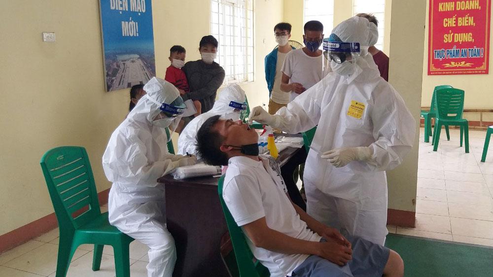 Nhân viên y tế lấy mẫu xét nghiệm Covid-19 tại huyện Việt Yên, tỉnh Bắc Giang, tháng 5/2021. Ảnh: Văn Hiệu