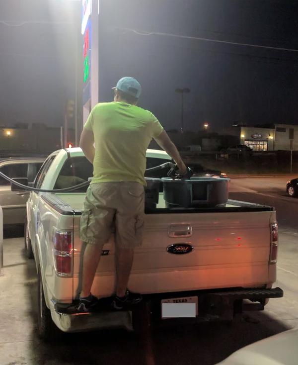Người đàn ông này lại đựng xăng vào thùng vốn đựng rác. Ảnh: Snickerswo