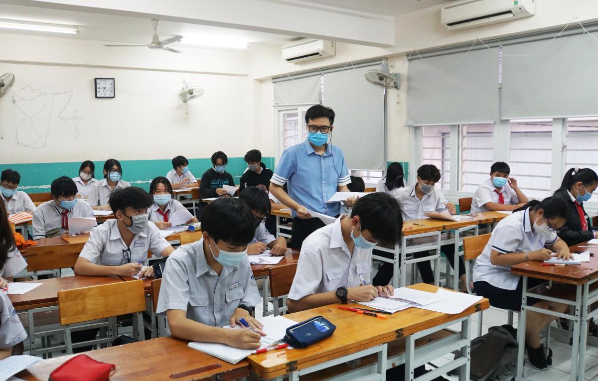 Học sinh trường THCS Nguyễn Du (quận 1) ôn tập Ngữ văn, ngày 13/5. Ảnh: Mạnh Tùng.