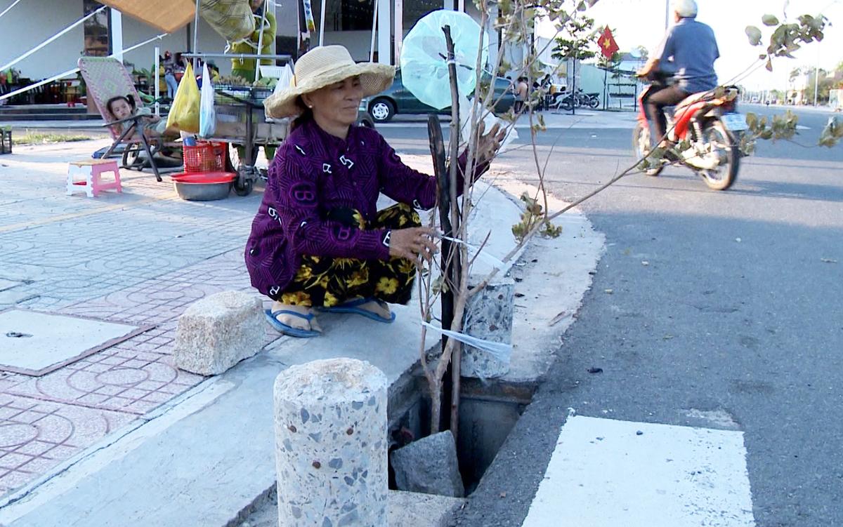 Người dân ở thị xã Phú Mỹ dùng cây, đá để bảo cảnh báo khi nắp cống bị lấy trộm, hồi đầu tháng 5. Ảnh: Mạnh Nguyễn.