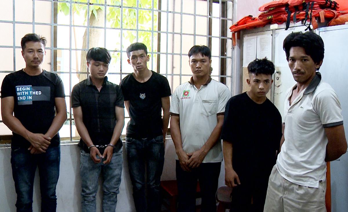 Luân (từ phải) và nhóm lấy trộm và tiêu thụ nắp cống tại Công an thị xã Phú Mỹ. Ảnh: Mạnh Nguyễn.