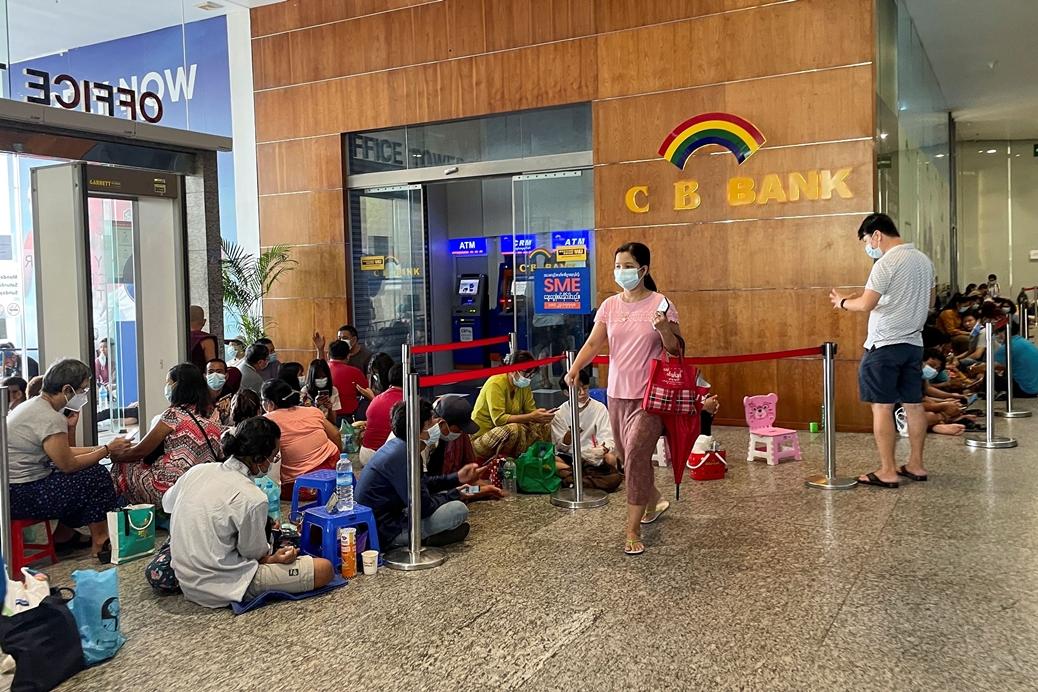 Người dân xếp hàng trước ngân hàng CB ở Yangon hôm 13/5 chờ rút tiền. Ảnh: Reuters