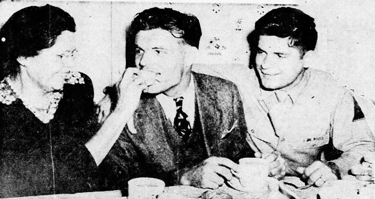 Bữa sáng đầu tiên của Joseph (giữa) cùng mẹ và anh trai, sau khi ra tù. Ảnh: New York Daily News