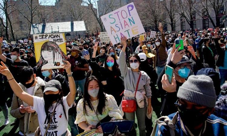Biểu tình phản đối nạn thù ghét người gốc Á ở New York, Mỹ hồi tháng 3. Ảnh: AP.