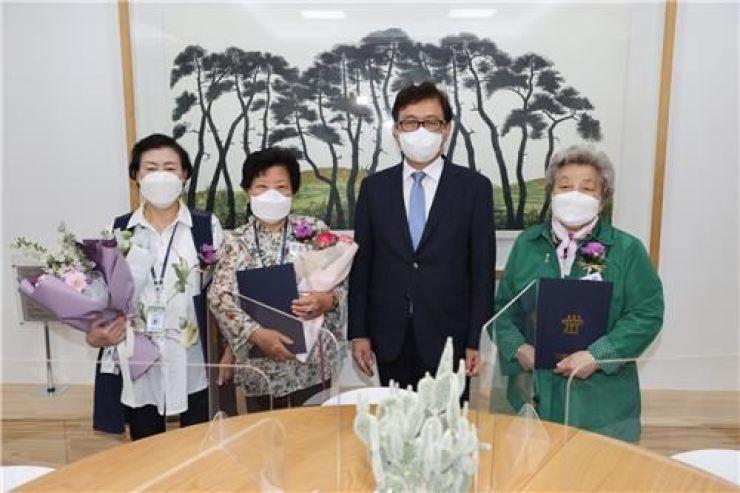 Bà Jang Ok-soon (áo xanh) tại Văn phòng Giáo dục Chungcheongbuk-do, tỉnh Bắc Chungcheong, ngày 11/5. Ảnh: Korea Times