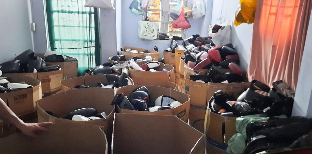 Hàng nghìn gương ôtô tang vật thu giữ tại nhà Lộc. Ảnh:Công an cung cấp.