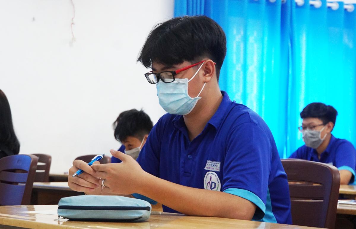 Học sinh trường THPT Nguyễn Du (quận 10) trong giờ thi ngày 6/5 để hoàn thành chương trình học kỳ II. Ảnh: Mạnh Tùng.