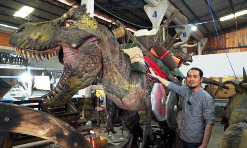 Nghệ nhân chuyên chế tác mô hình khủng long