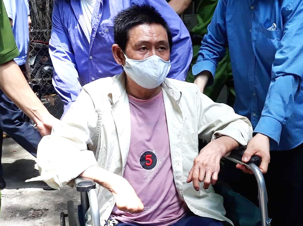 Bị cáo Quang bị cụt một chân do mắc bệnh hoại tử nên phải ngồi xe lăn dự tòa. Ảnh: Bình Nguyên.