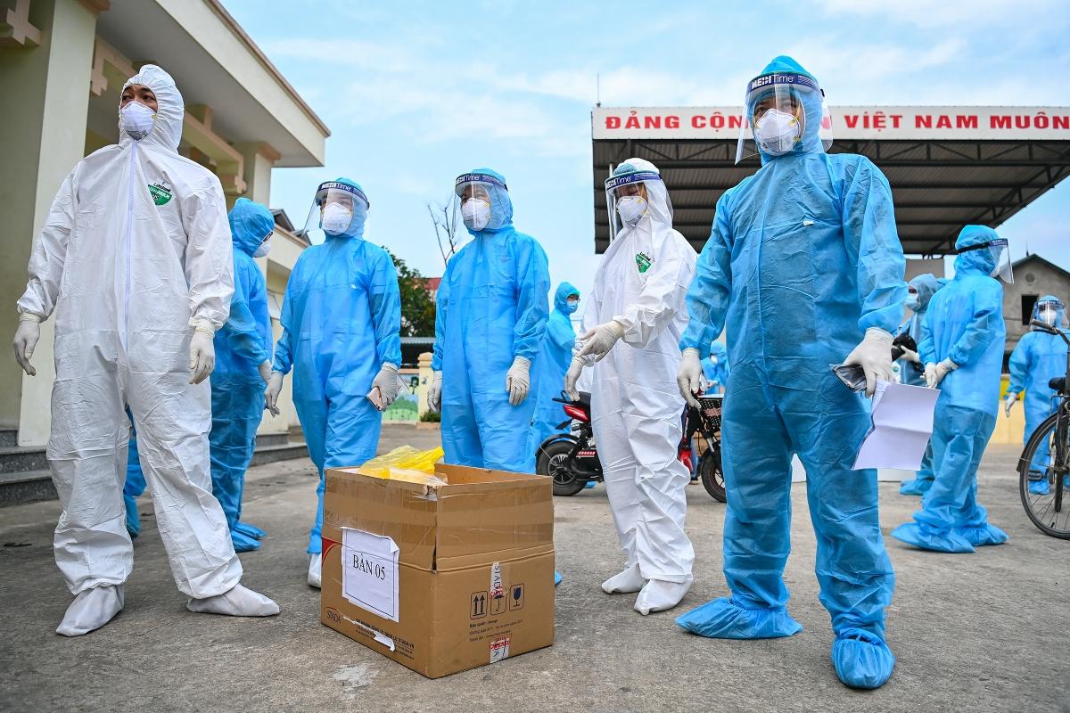 Cơ quan y tế tổ chức xét nghiệm Covid-19 nhanh cho người thôn Lỗ Giao, xã Việt Hùng, huyện Đông Anh, Hà Nội, vào đầu tháng 5.  Ảnh: Giang Huy