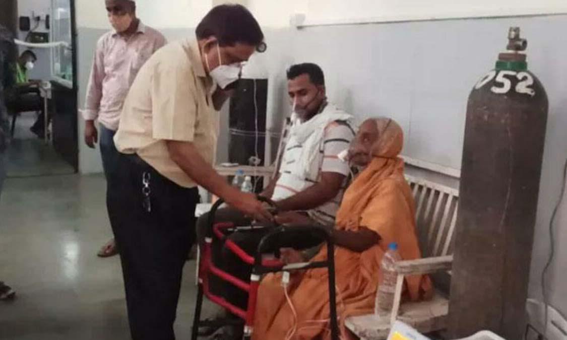 Shakuntala Gaikwad, cụ bà 76 tuổi mắc Covid-19, đang được điều trị ở bệnh viện Silver Jubilee tại thành phố Baramati, Ấn Độ. Ảnh: India Today.