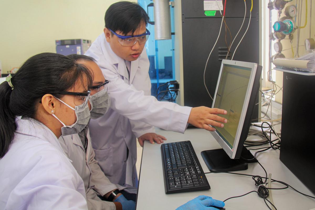 TS Tân làm việc tại phòng thí nghiệm. Ảnh: NVCC.