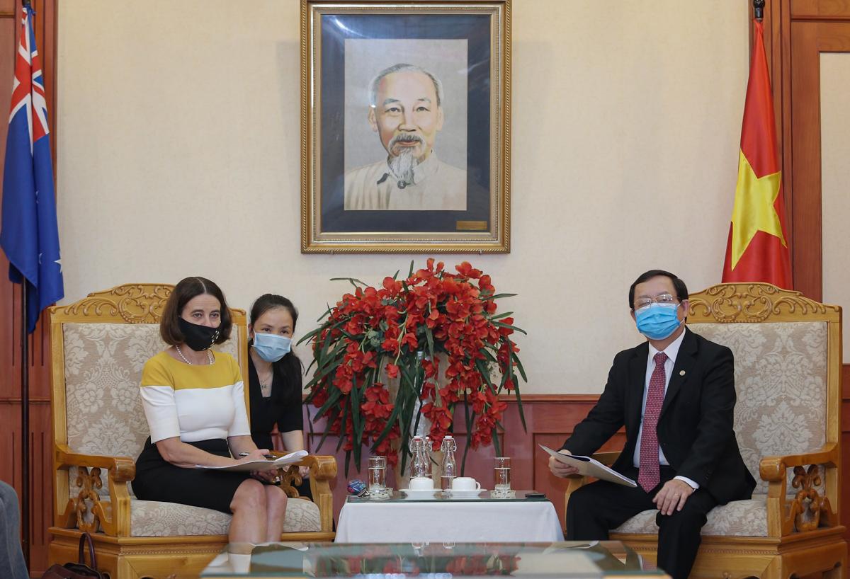 Bộ trưởng Huỳnh Thành Đạt (phải) và bà Robyn Mudie tại buổi tiếp ngày 13/5. Ảnh: Ngũ Hiệp.