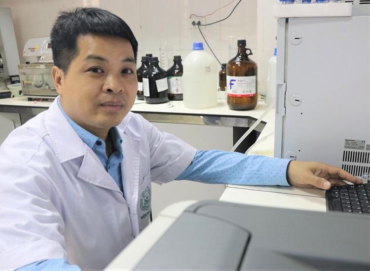 TS Hoàng Đức Mạnh tại phòng thí nghiệm. Ảnh: NX.