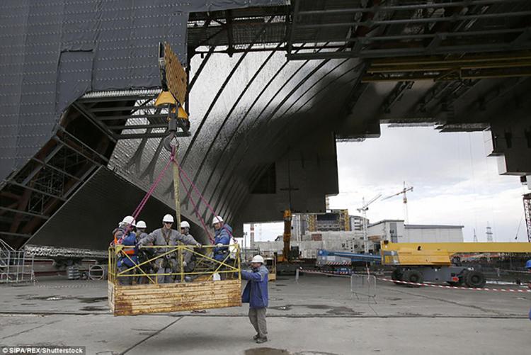 Ukraine đang xây dựng một mái vòm thép khác nặng 25.000 tấn để thay thế mái vòm cũ, bao bọc nhà máy hạt nhân Chernobyl. Ảnh: dailymail.co.uk.