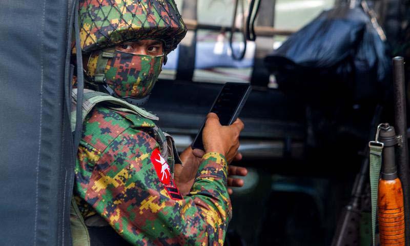 Một binh sĩ bên ngoài Ngân hàng Trung ương Myanmar tại Yangon, Myanmar, hôm 15/2. Ảnh: Reuters.