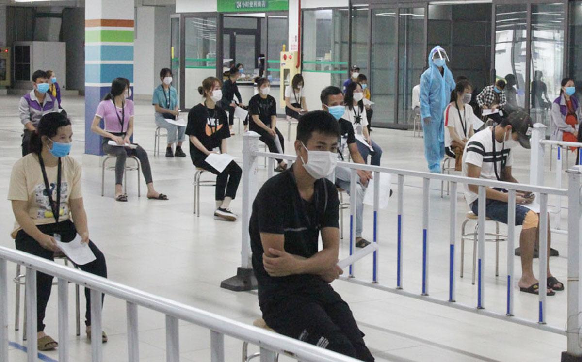 Công nhân KCN Vân Trung chờ lấy mẫu xét nghiệm, ngày 14/5. Ảnh: Báo Bắc Giang