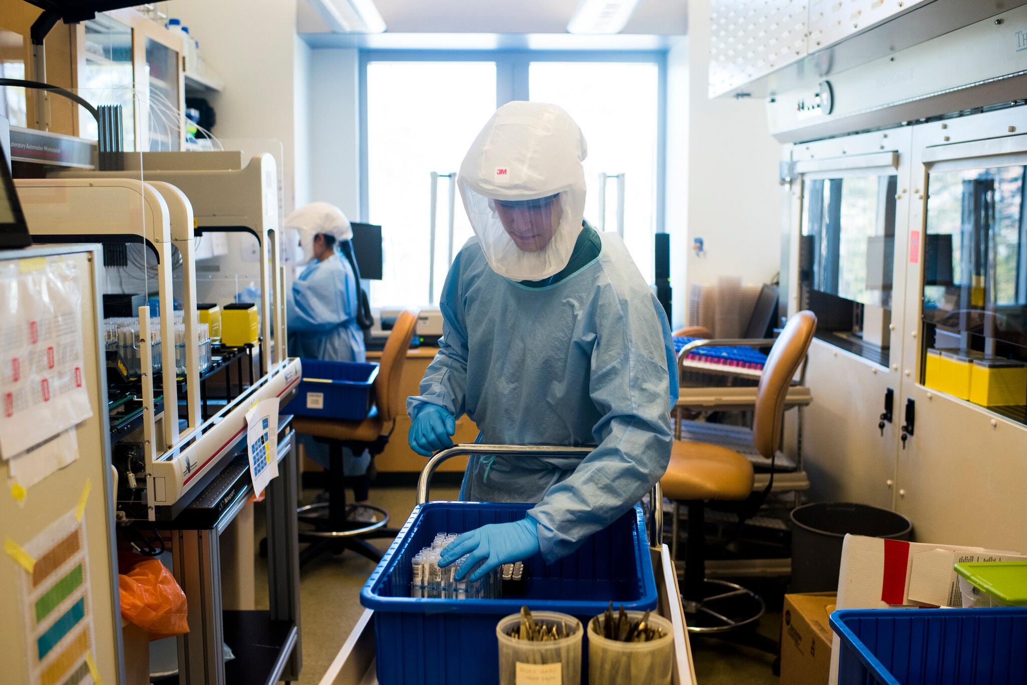 Nhân viên y tế chuẩn bị các mẫu xét nghiệm để giải trình tự gene tại Đại học Duke. Ảnh: NYTimes.