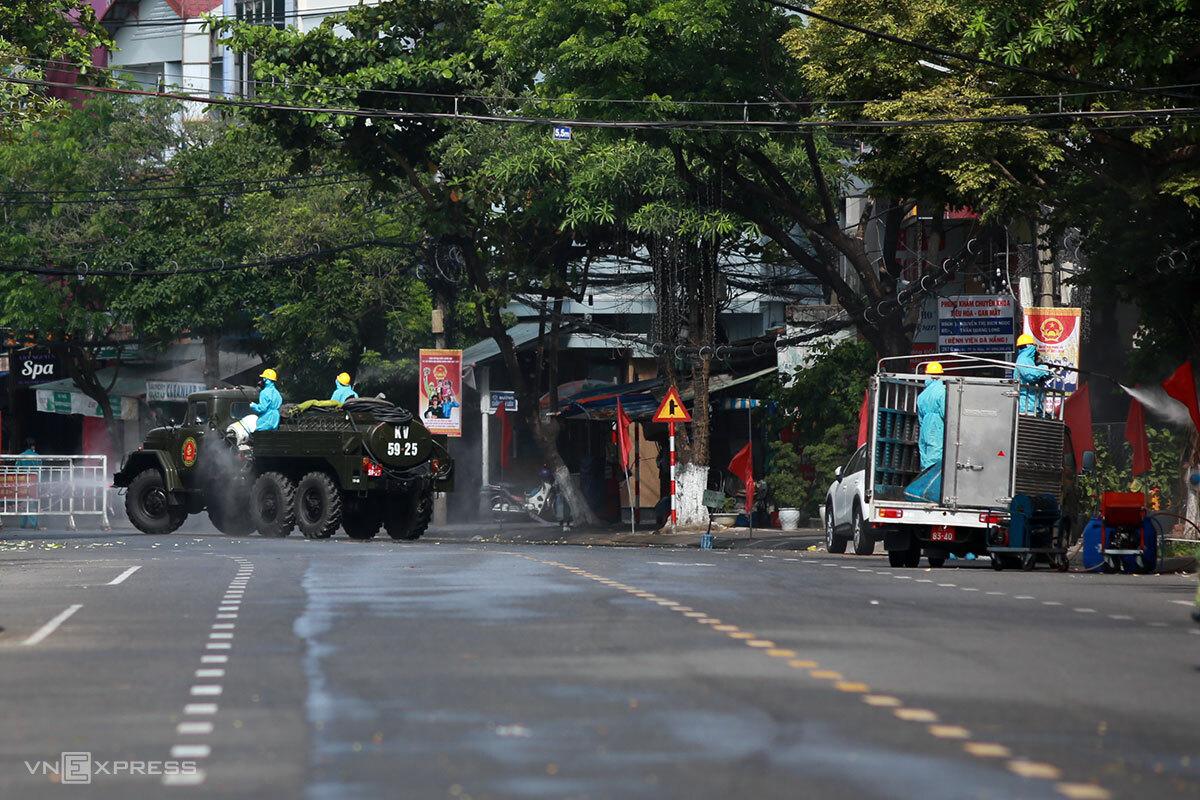 Khu vực nhà nữ Giám đốc Sở Tư pháp ở trên đường Đống Đa, gần vũ trường New Phương Đông, được phun khử khuẩn ngày 6/5. Ảnh: Nguyễn Đông.