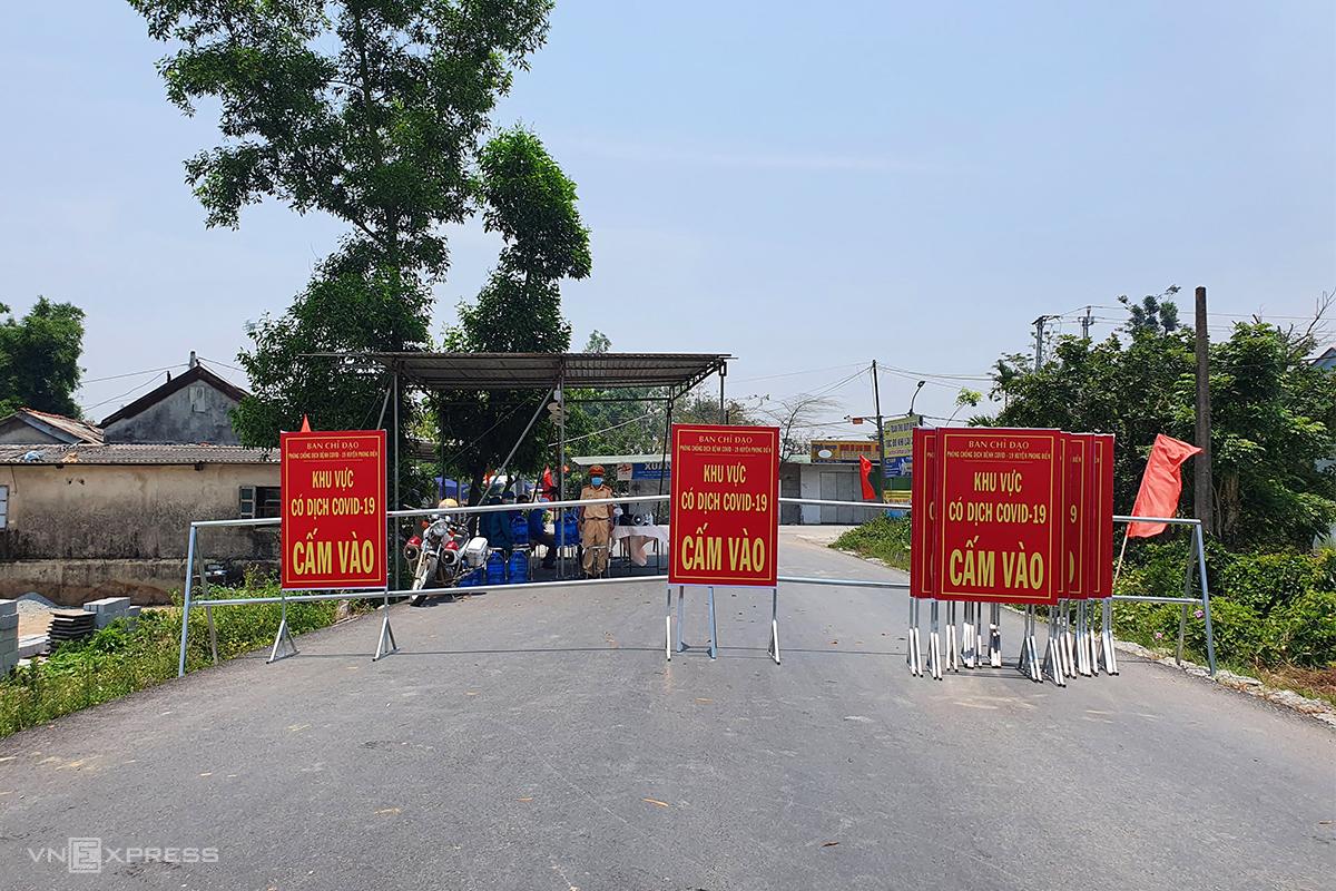 Chốt kiểm soát ra vào xã Phong Hiền. Ảnh: Võ Thạnh