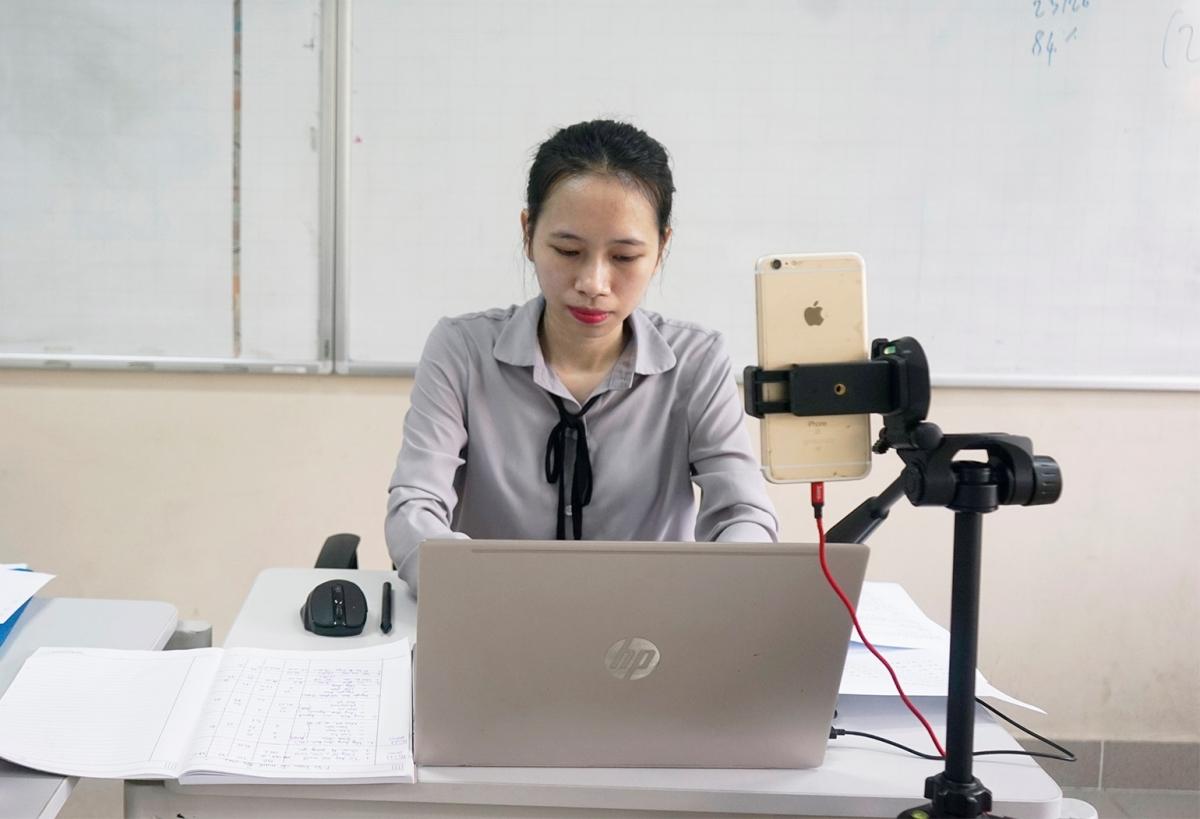 Giáo viên trường Phổ thông Song ngữ Liên cấp Wellspring, Hà Nội, dạy học online đầu tháng 5. Ảnh: Wellspring