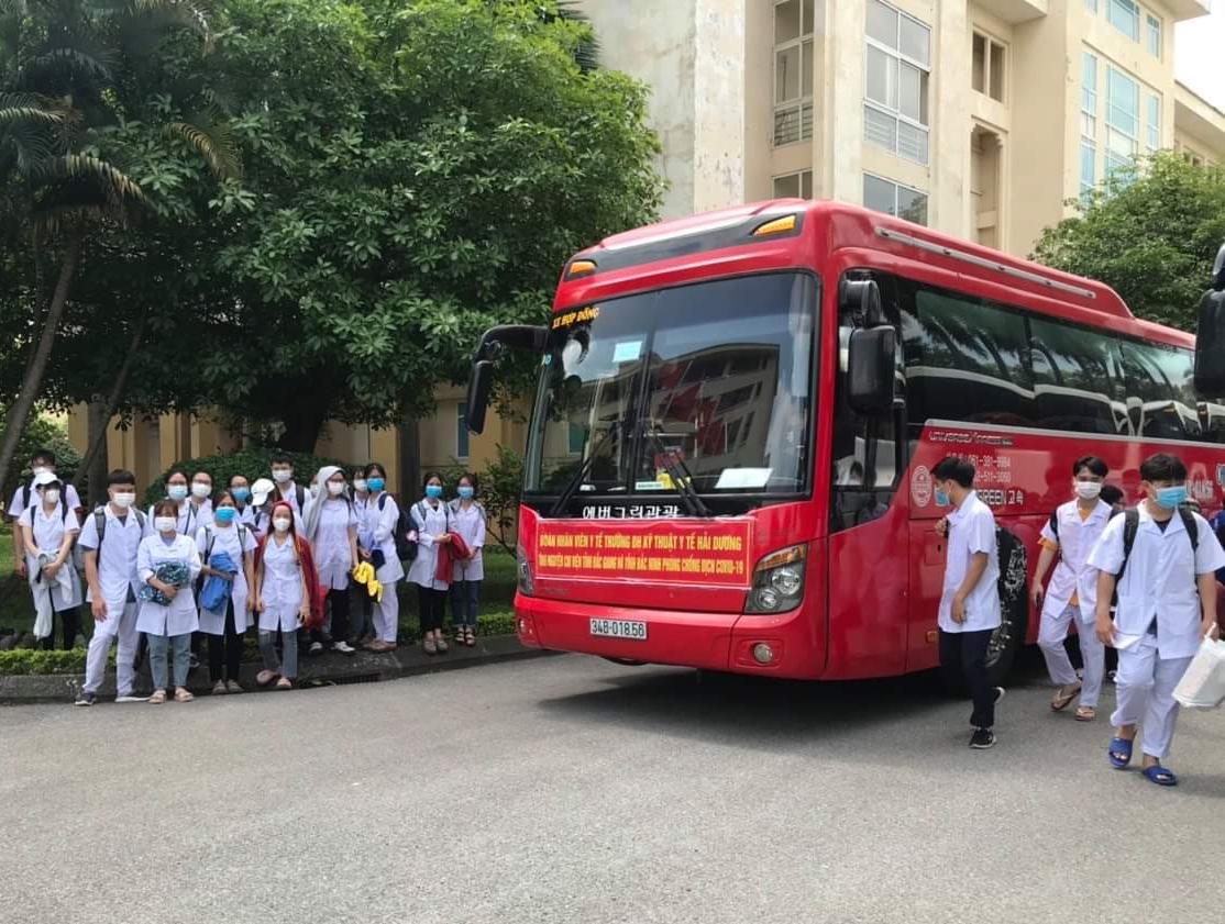 Sinh viên Đại học Kỹ thuật Y tế Hải Dương chi viện cho Bắc Ninh, Bắc Giang. Ảnh: CTV.