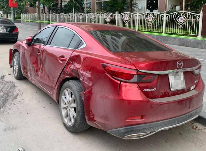 Chiếc Mazda6 bị vò nát bên hông. Ảnh: Nguyễn Trường Tùng