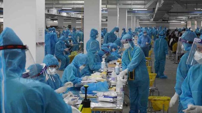 Cán bộ y tế tỉnh Quảng Ninh hỗ trợ Bắc Giang lấy mẫu xét nghiệm Covid-19, ngày 16/5. Ảnh:Báo Bắc Giang
