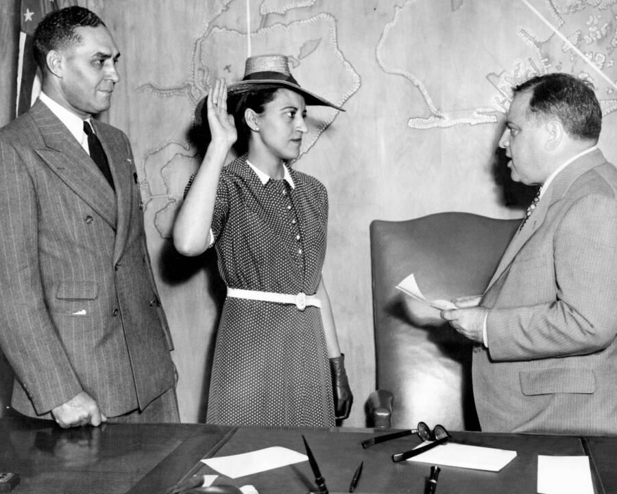 Jane Bolin tuyên thệ trước Thị trưởng New York, LaGuardia với tư cách nữ thẩm phán da đen đầu tiên ở Mỹ, 22/7/1939. Ảnh: New York Daily News