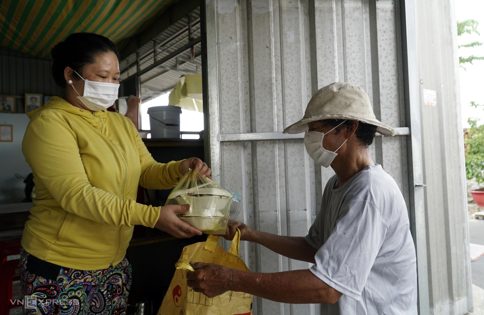bà Ngô Ngọc Thảo đưa cơm cho người nghèo khó. Ảnh: Phúc Điền