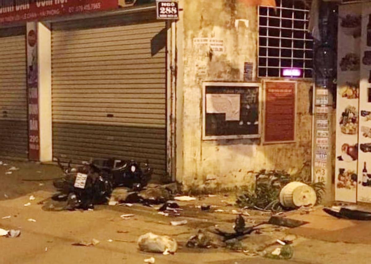 Hiện trường vụ 2 thanh thiếu niên sau khi ẩu đả bỏ chạy bị nhóm đối thủ truy đuổi bằng xe ô tô đâm ngã, chém tử vong ngay tại đầu ngõ 288 đường Thiên Lôi, quận Lê Chân . Ảnh: CTV