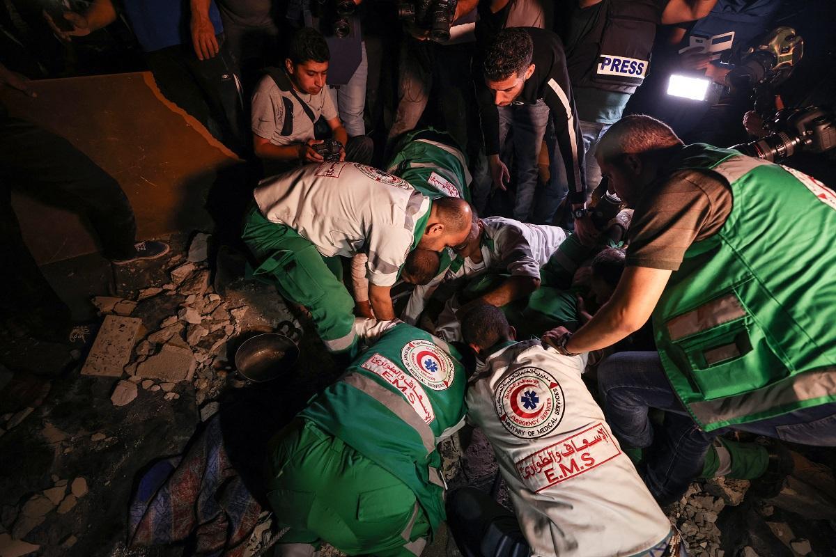 Lính cứu hỏa tìm cứu người sống sót và thi thể tại một đống đổ nát ở Gaza ngày 16/5. Ảnh: AFP.