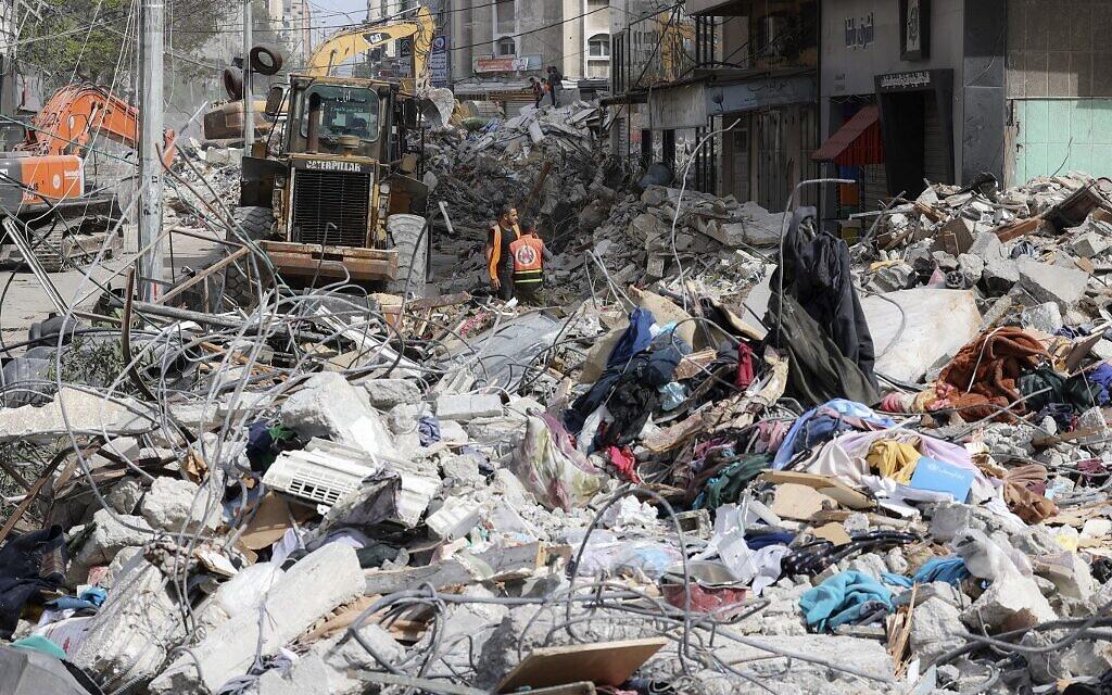 Đống đổ nát sau khi một tòa nhà bị phá hủy tại Gaza ngày 16/5. Ảnh: AFP.