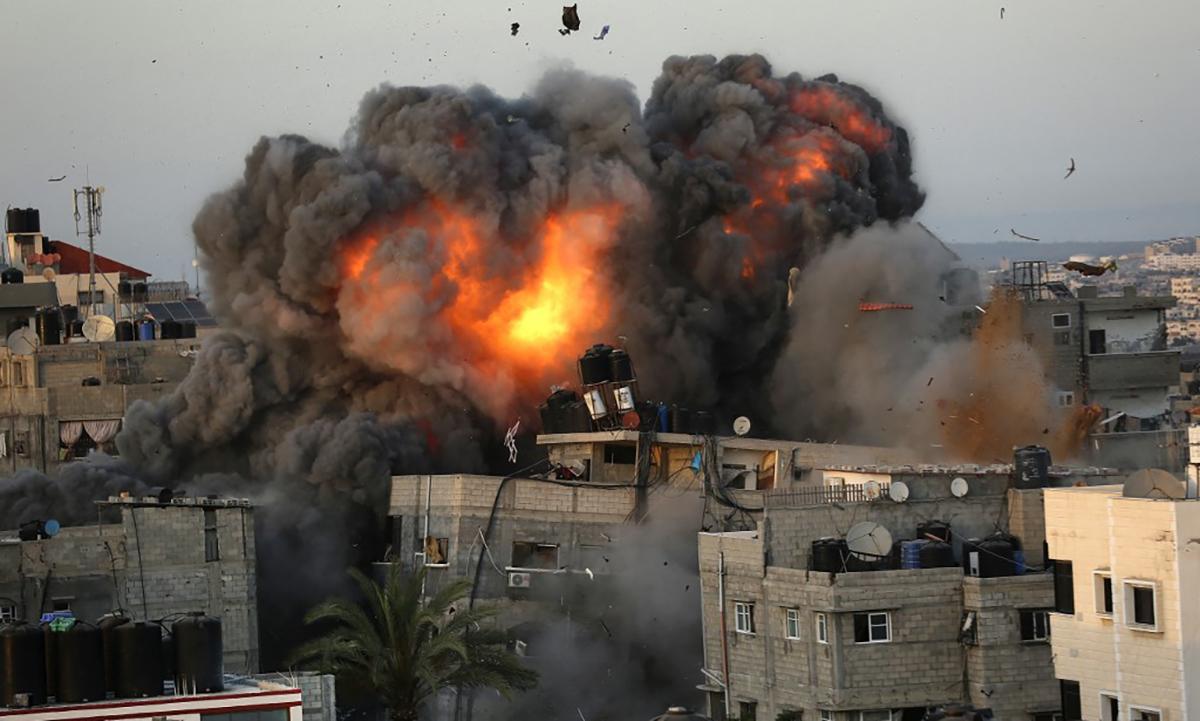 Ngọn lửa bùng lên sau khi không quân Israel tấn công một mục tiêu ở Dải Gaza ngày 16/5. Ảnh: AFP.