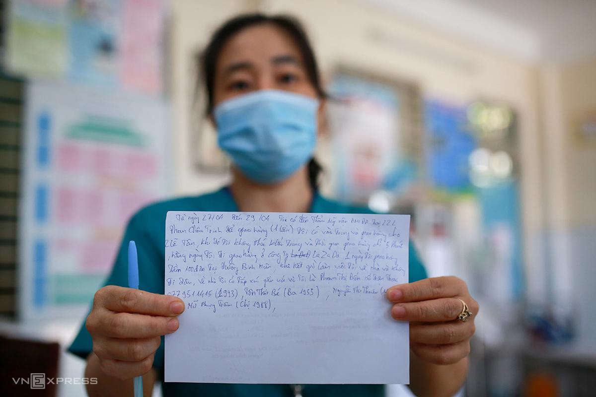 Nhân viên y tế phường Tam Thuận lấy thông tin F2, F3 của những người đến khai báo y tế. Ảnh: Nguyễn Đông.
