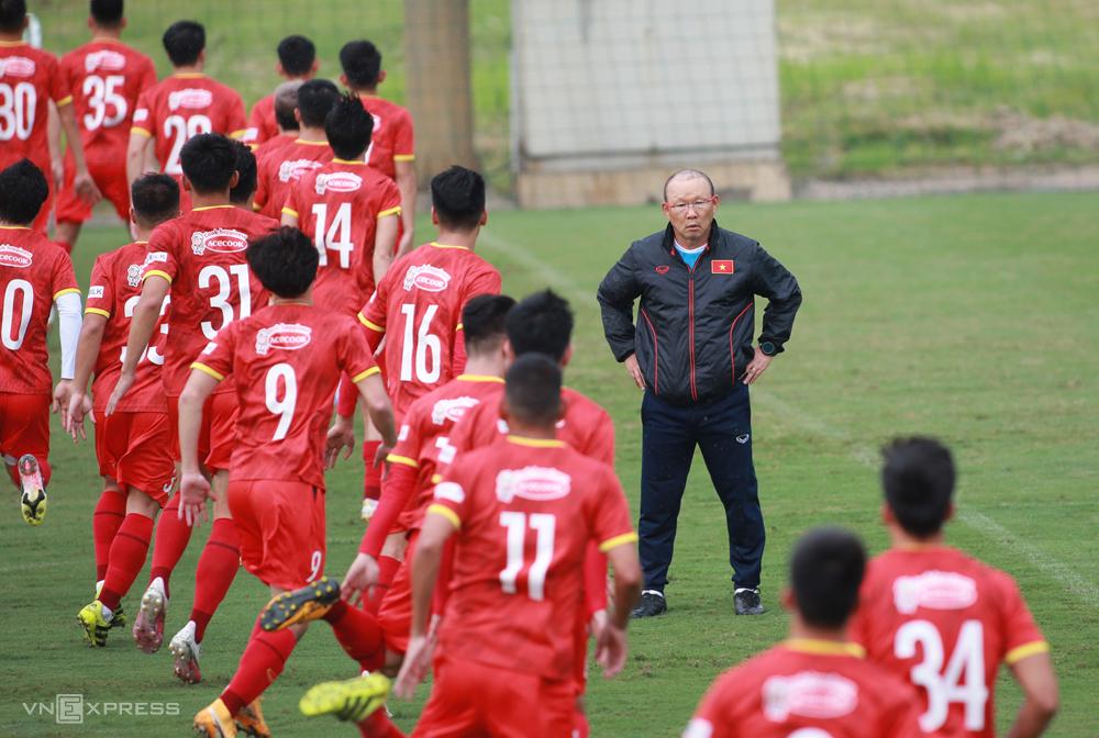 โค้ช Park Hang-seo และผู้เล่นกำลังเข้าสู่การวิ่งเพื่อเตรียมความพร้อมสำหรับการแข่งขันสามนัดที่เหลือของกลุ่ม G ของรอบคัดเลือกฟุตบอลโลก 2022 ภาพ: Lam Thoa