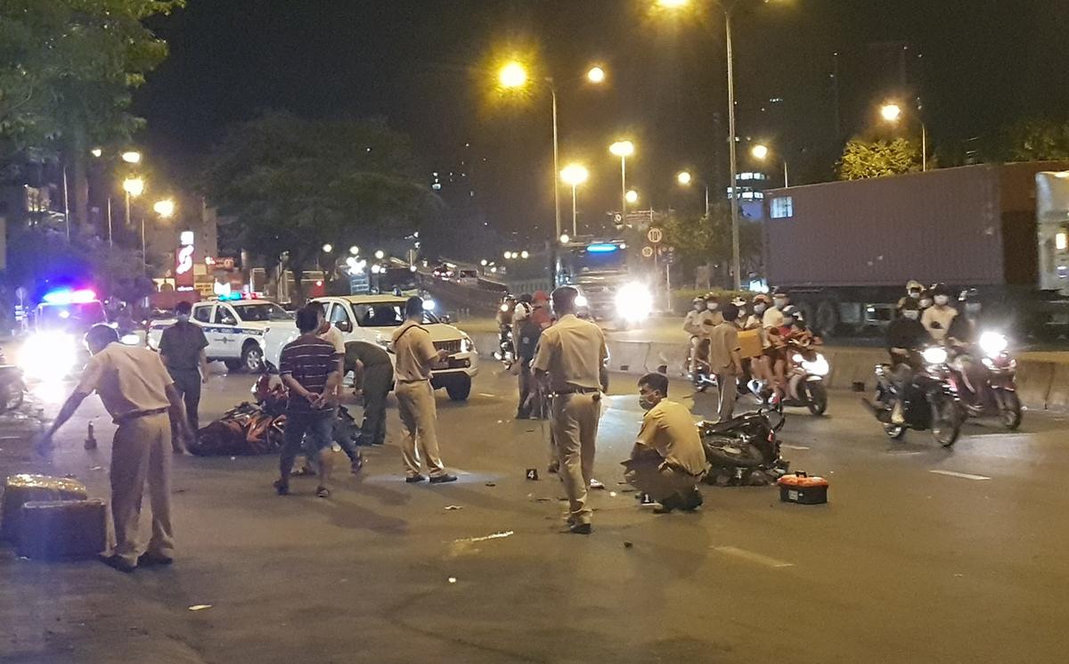 Cảnh sát khám nghiệm hiện trường vụ tai nạn. Ảnh: Đình Văn.