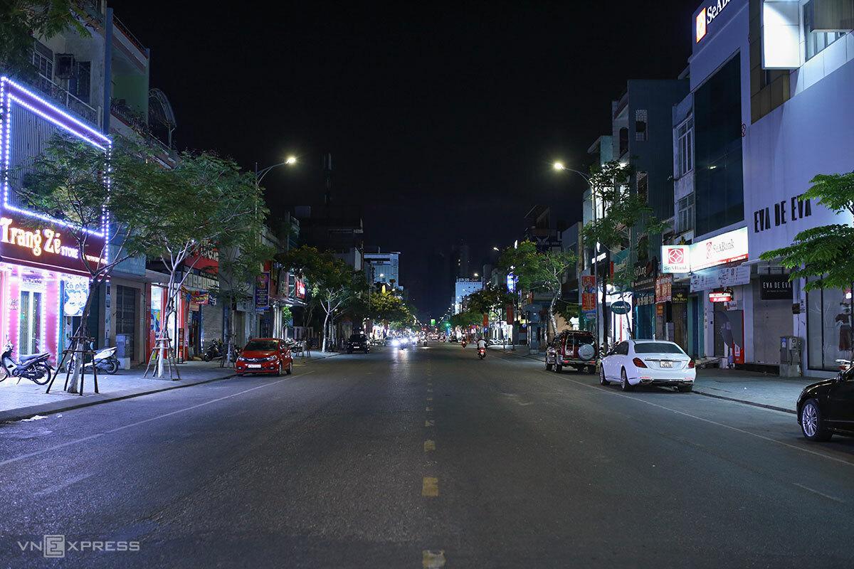 Phố chuyên doanh Lê Duẩn vốn nhộn nhịp, giờ vắng vẻ lúc 21h đêm. Ảnh: Nguyễn Đông.